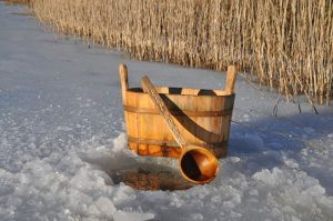 Saunování v zimě ve venkovní sauně