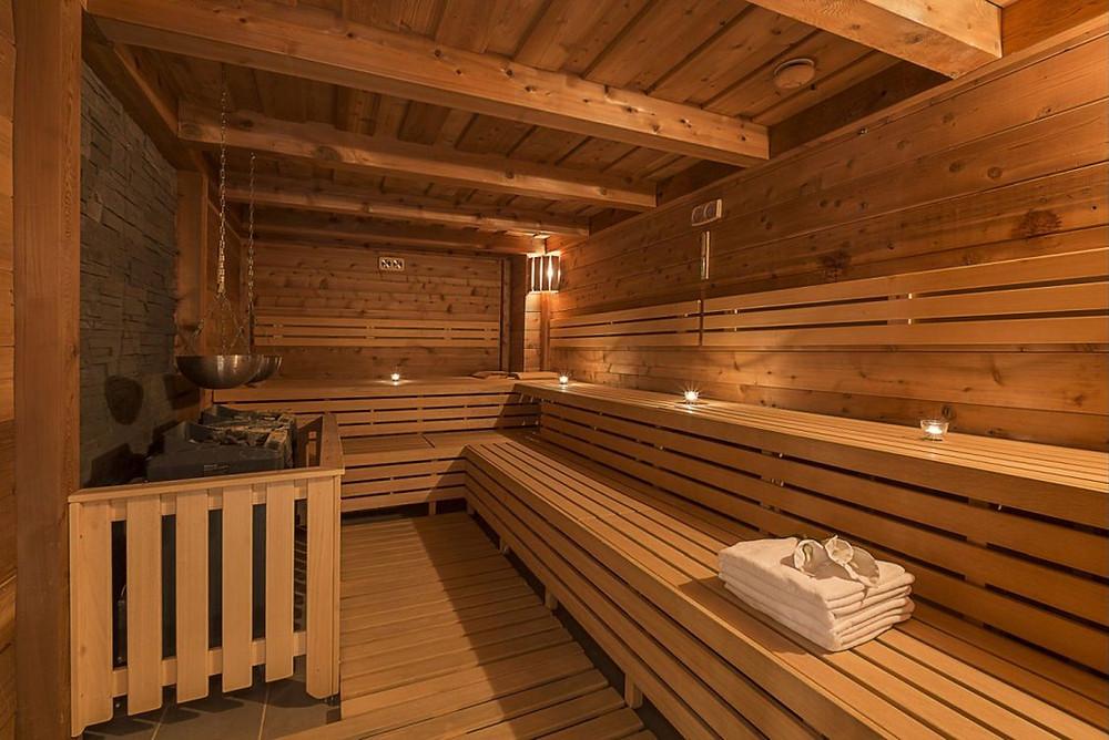 Tropická sauna s dřevěným obložením jako ukázka znázorňující základní druhy saun