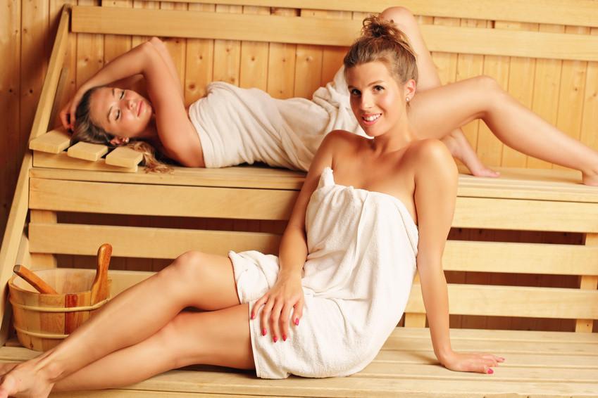 Dvě ženy odpočívající ve finské sauně
