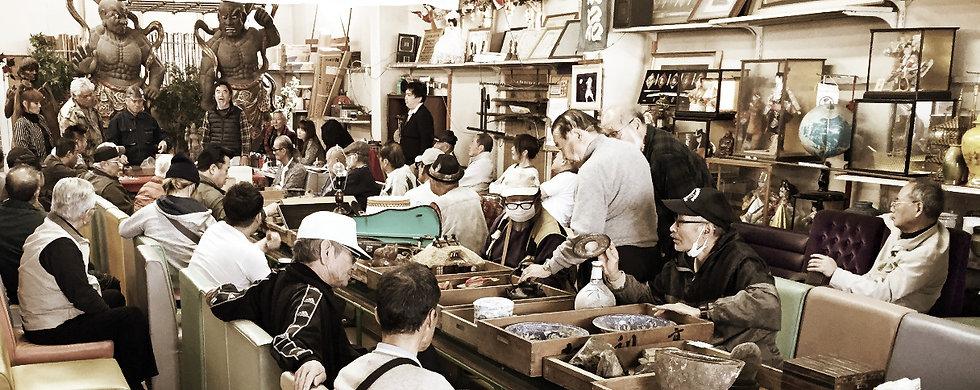 美術品市場の様子
