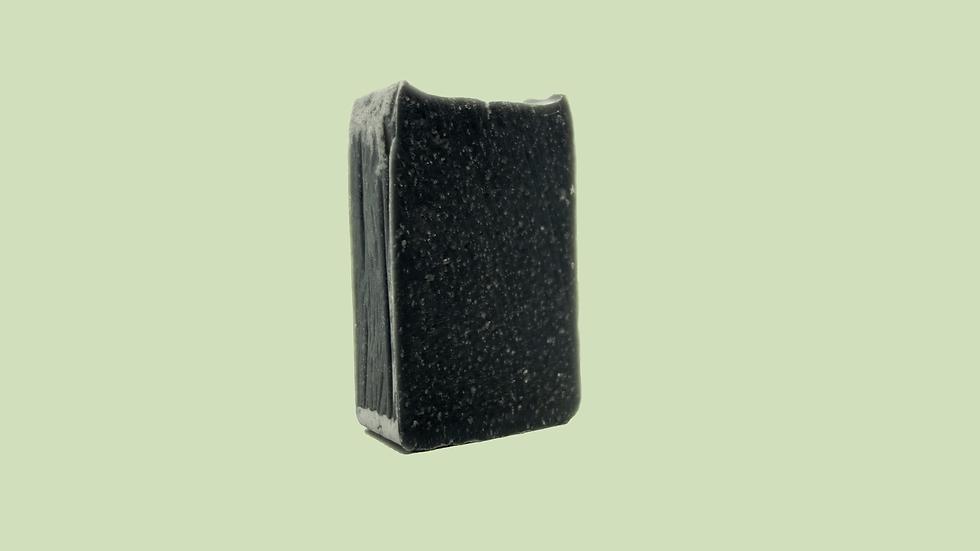 Shampoing détox au charbon actif