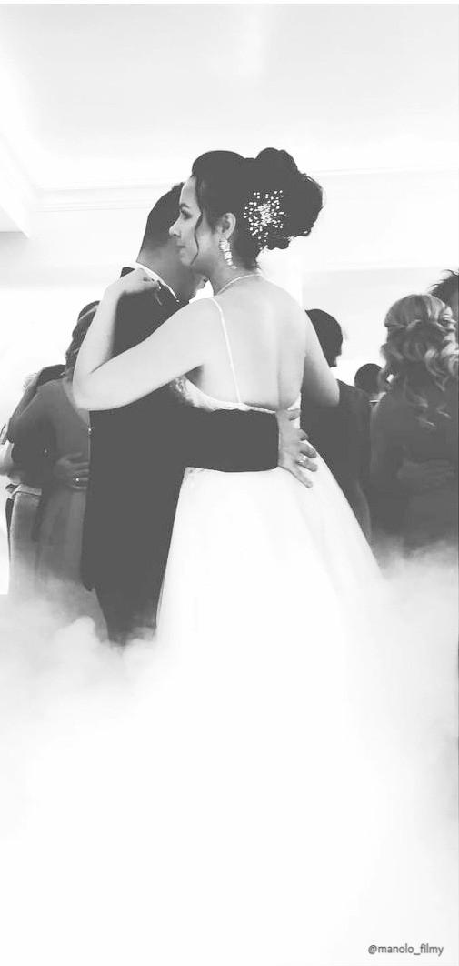 Często młode pary korzystają z ciężkiego dymu podczas pierwszego tańca. Nie ukrywamy że w filmie wygląda to bardzo dobrze :)