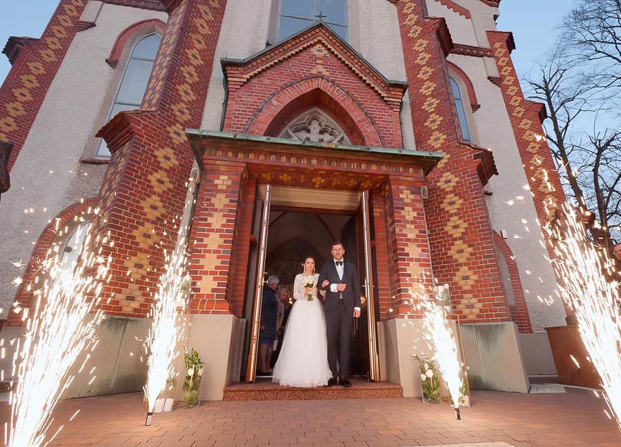 ślub-kościół-osiek-młoda para