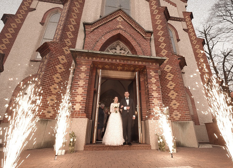efektowne wyjście z z kościoła, msza ślubna, film, kamerzysta, manolo filmy