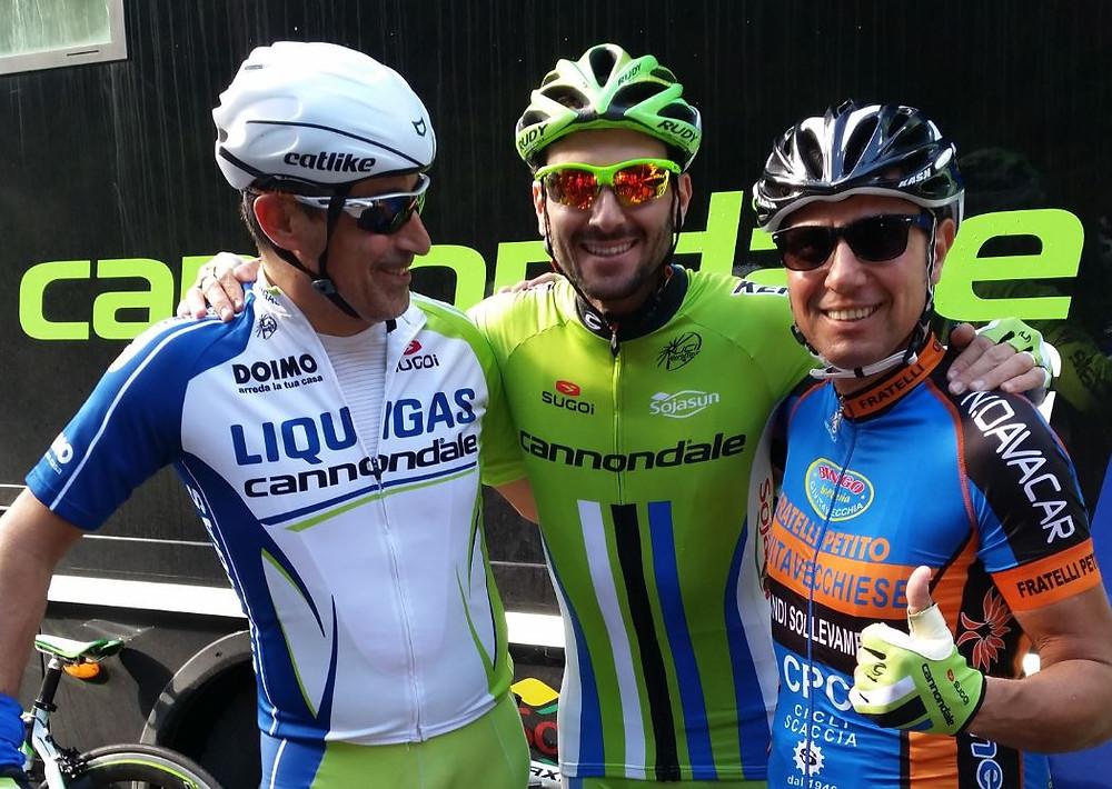 Roberto Petito, Ivan Basso, con Luciano sorridente alla partenza