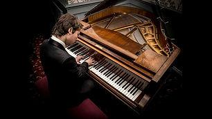 new-moves-solo-pianist-showbott-entertai