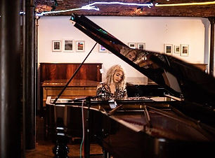 michaela-keys-piano-player-for-hire-show