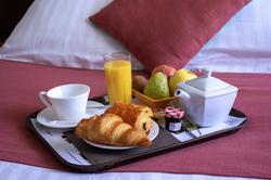 Plateau-petit-déjeuner-croissant
