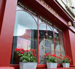 La façade fleurie de la pizzeria Maestro