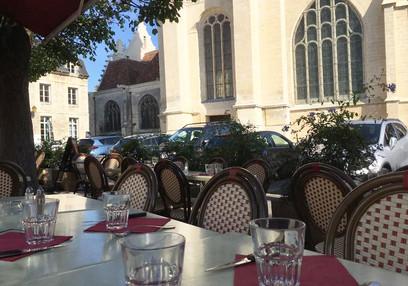 La terrasse extérieure, côté eglise Saint Pierre, de la pizzeria Maestro