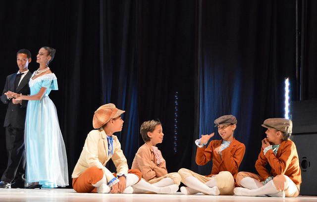 Crianças da Associação Fênix participam do espetáculo O Quebra Nozes.