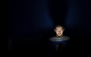 Schlafqualität leicht steigern durch Vermeiden von blauem Licht