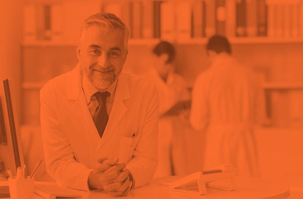 Dentista sorridente ao utilizar o software odontológico da Clinicorp
