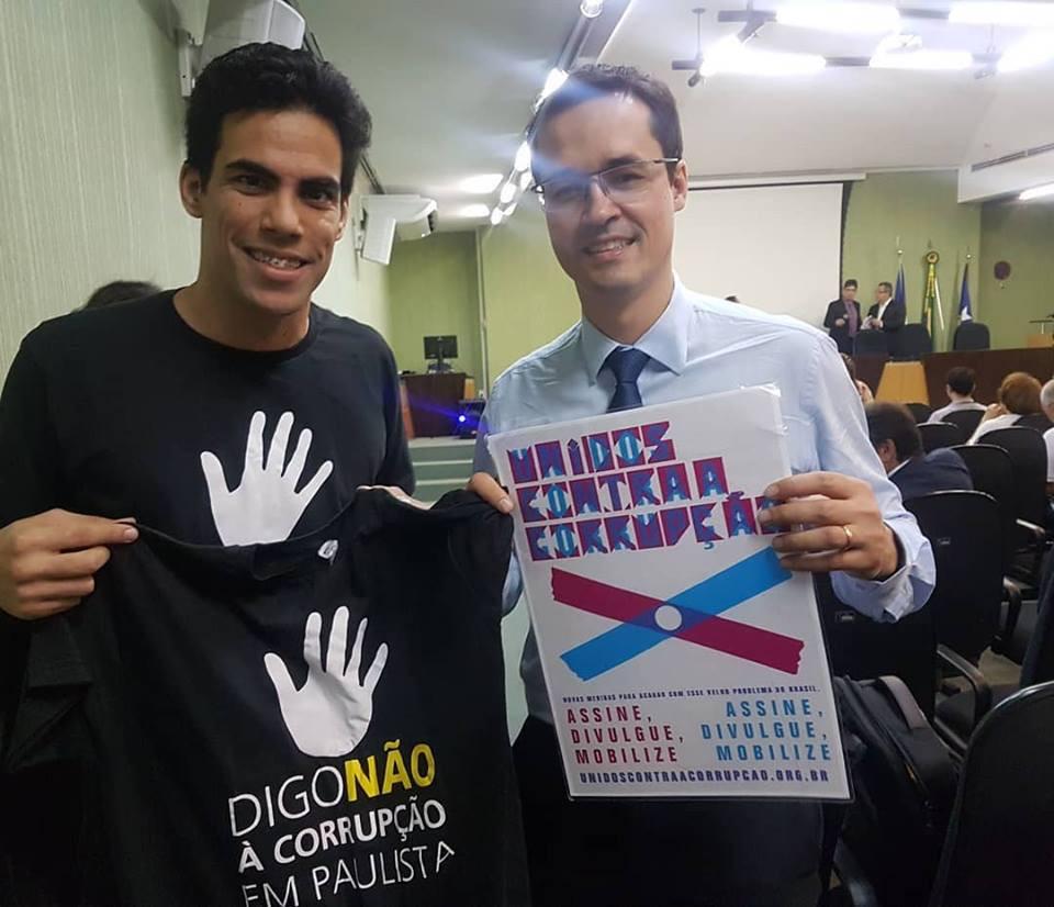 Presidente do Fiscaliza Brasil, Thiago Lira, entregando a camisa da ONG ao procurador do ministério público federal, Daltan Dallagnol