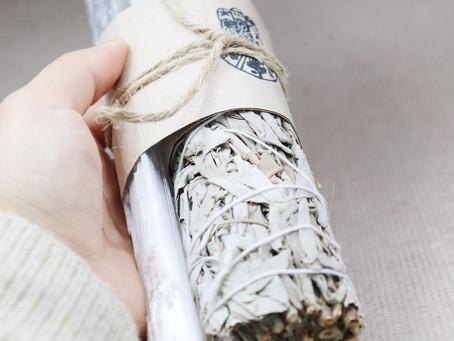 Hvordan bruke white sage og Palo santo røkelse røyk/salvie?