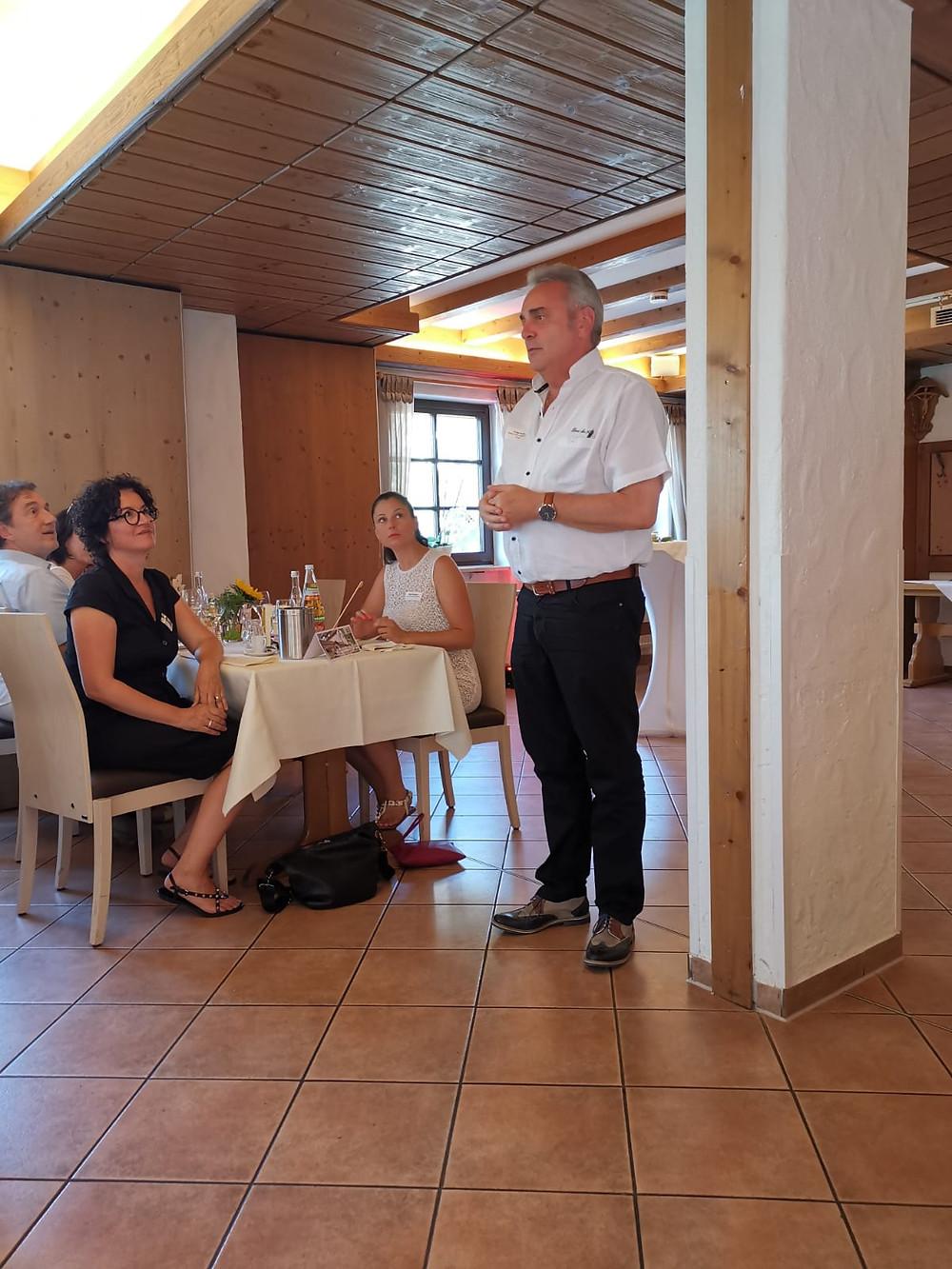 Herr Kohler vom Restaurant Engel bei der Begrüßungsrunde