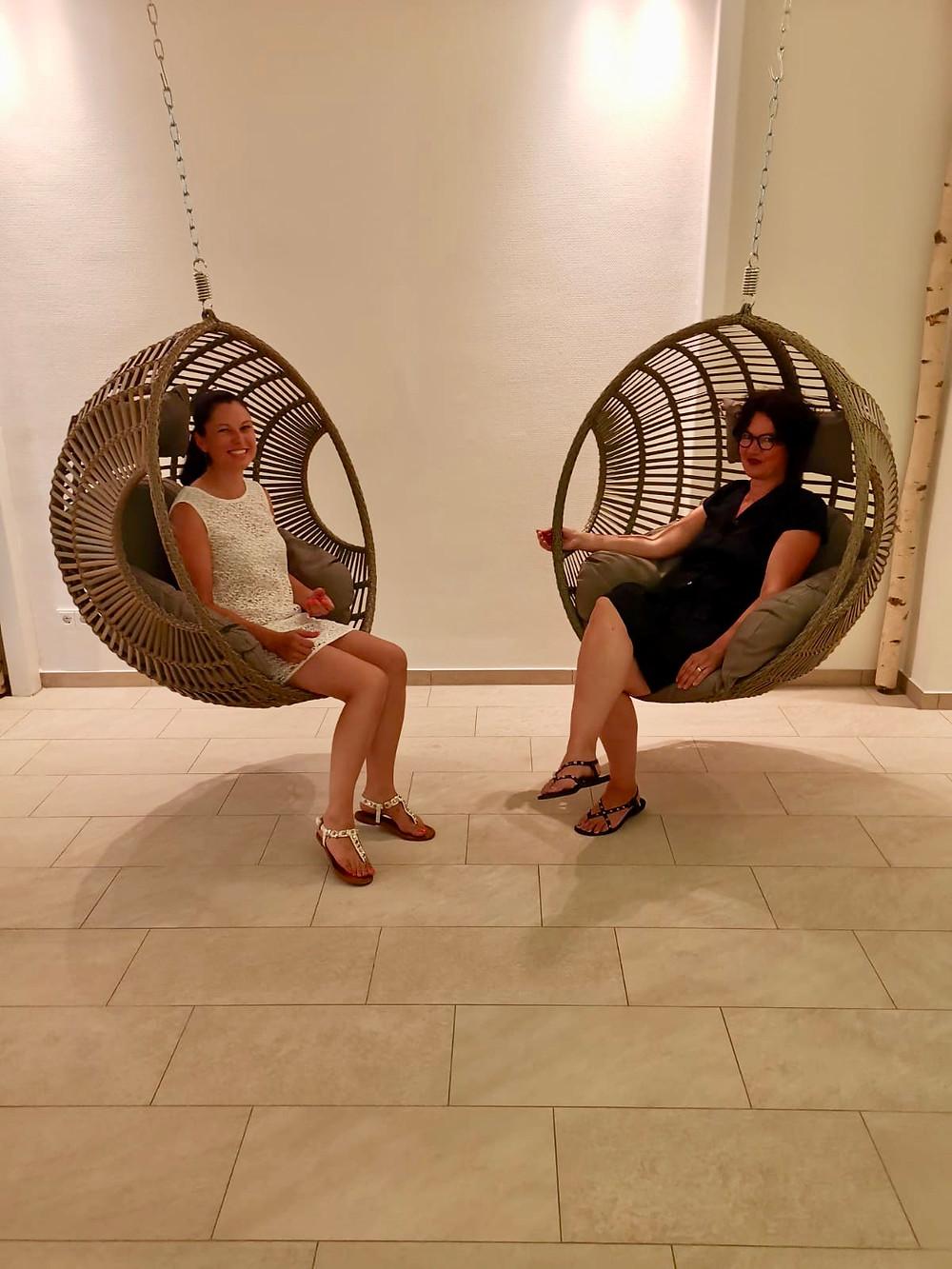 Wir testen die neuen Relaxschaukeln im Restaurant Engel (Vimbuch)
