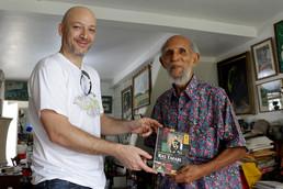 Roy Augier reçoit un exemplaire du Mouvement Ras Tafari (DREAD Editions)...
