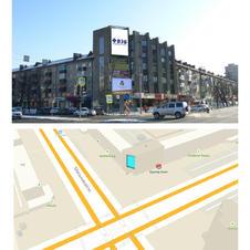 ул. Республики, 155а, пересечение с ул. Мельникайте, на фасаде здания