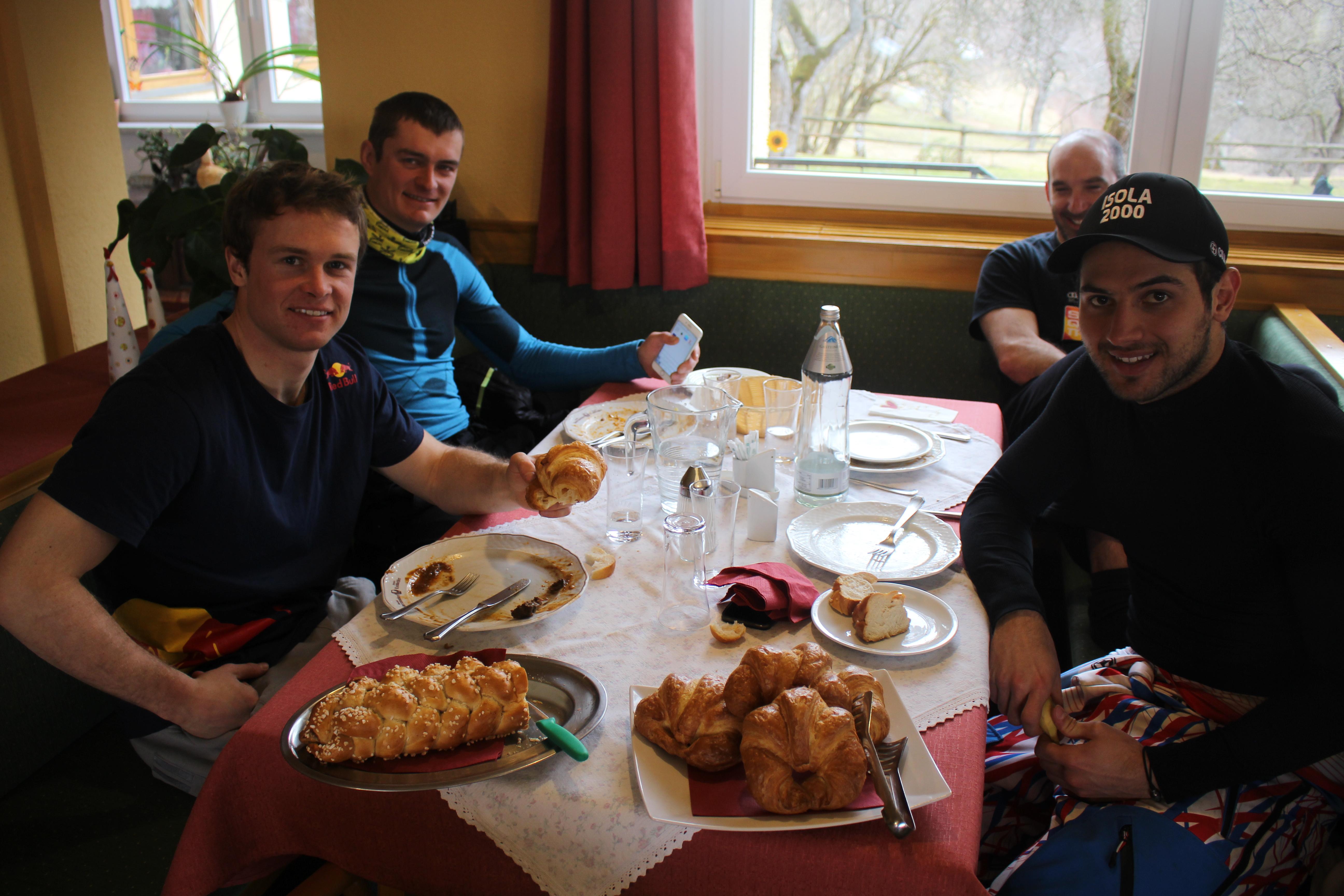 Alexis & Kollegen beim Frühstück