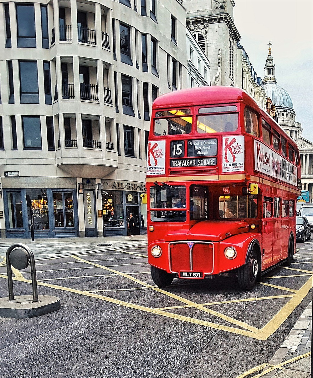 DOUBLE DECKER BUS DOWNTOWN LONDON