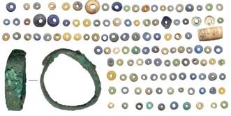 Мелкие бусины и кольцо из могилы 6 кургана 17 Новотроицкого-1
