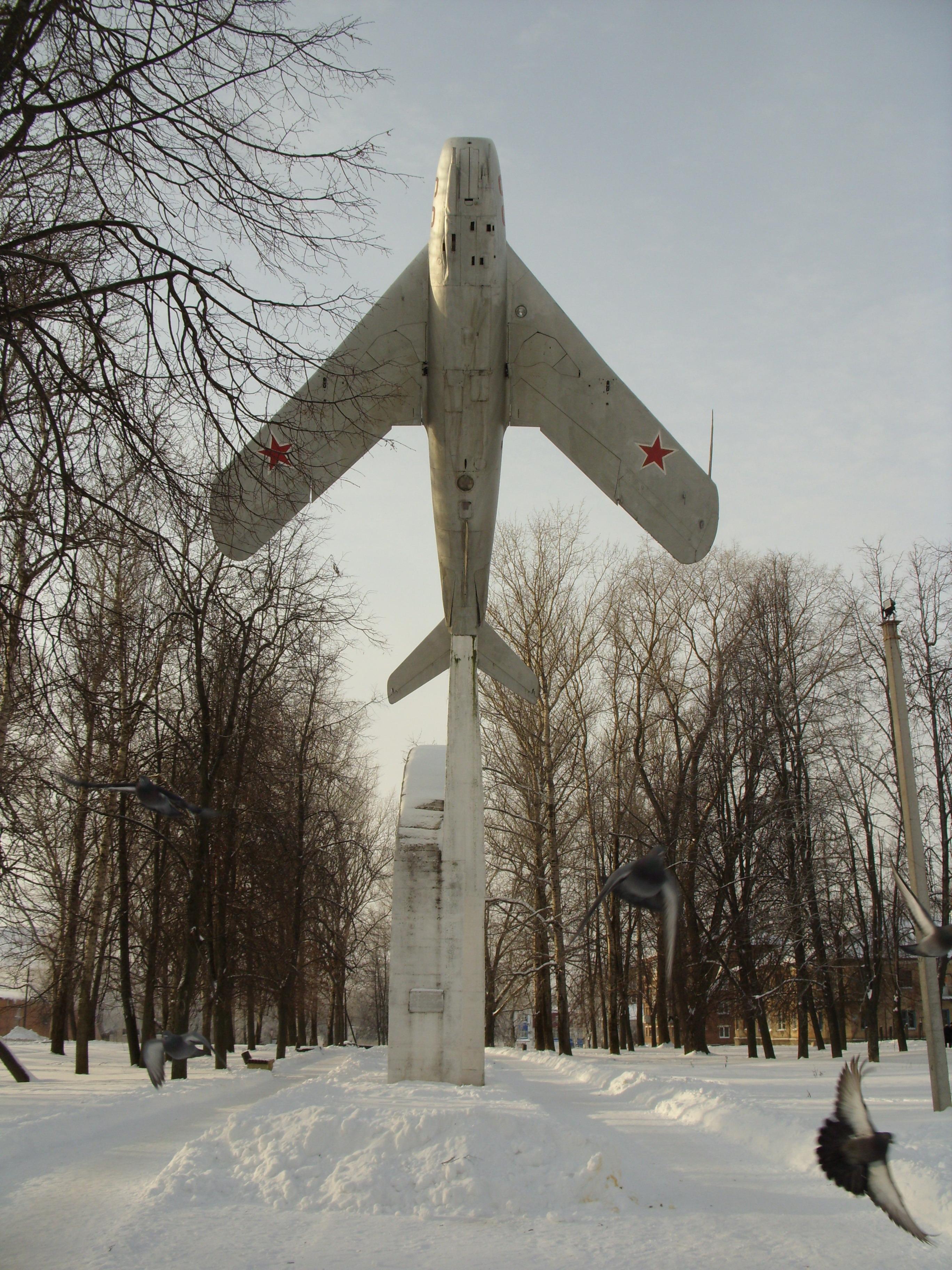 Памятник-самолёт_в_Вязьме