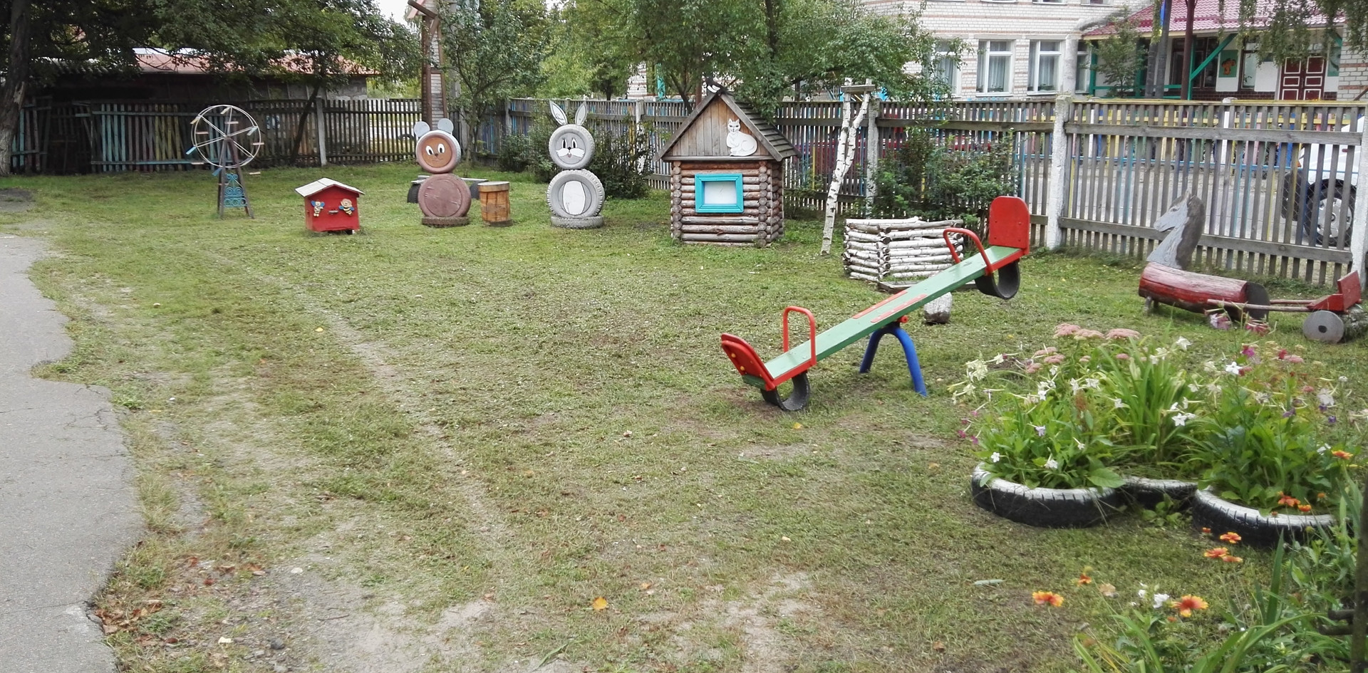 Vorgarten vom Kindergarten Snowsk - 2017