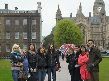 Группа студентов двухгодичного курса ИнЯз на практике в Англии.