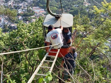 Taxco: Rescatan a 9 personas atrapadas dentro de un teleférico