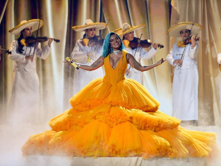 En redes sociales critican a Karol G por cantar mariachi