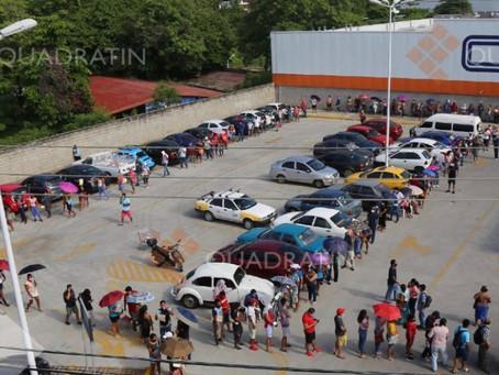 Reportan filas de hasta medio kilómetro para recibir vacuna en Acapulco
