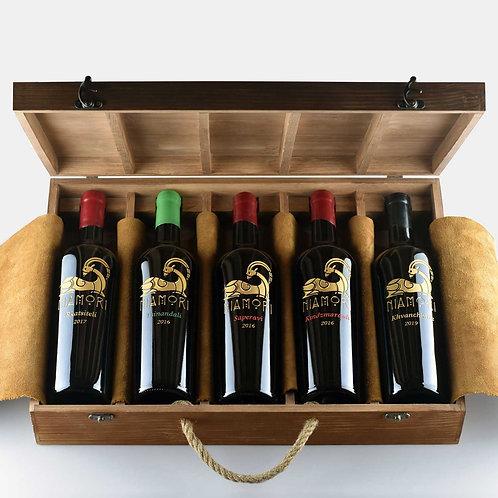 5 სახეობის ღვინო | ხის ყუთით | 0.75 ლიტრი | წარწერის გრავირებით