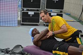 Usain Bolt se faisant ajuster par son chiropracteur