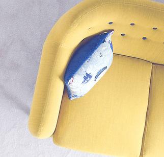 sofá amarillo