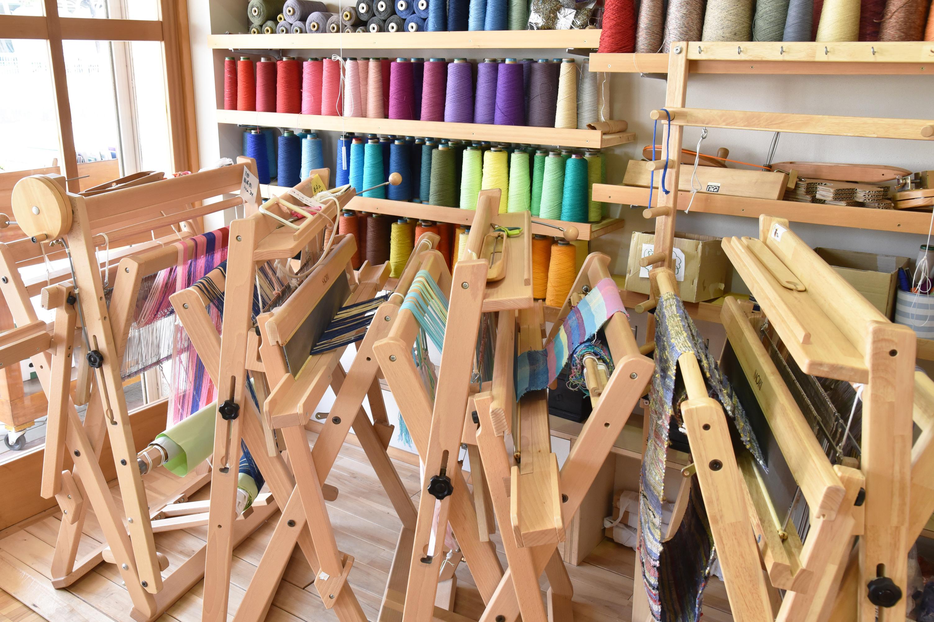 織り機は働くメンバー一人に一台