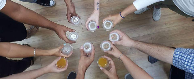 מרימים כוסית בסיום סדנת הורים