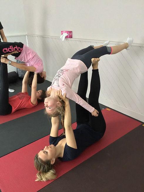 yoga parent enfant posture à deux