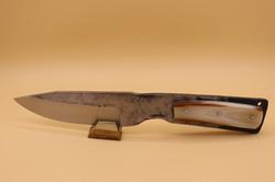 Couteau fixe forgé dans de l'acier C70.