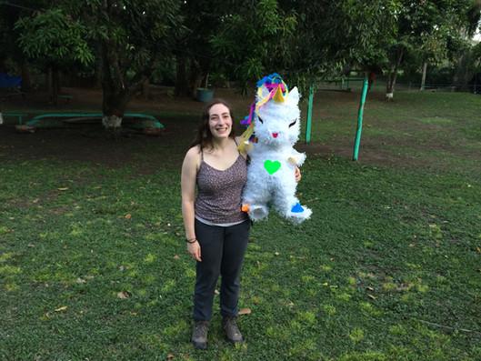 ¡Rose-Anne -- tan feliz con su piñata de unicornio para su cumpleaños!