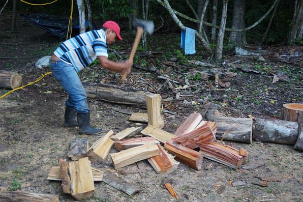 Cortar madera, uno de nuestros principales recursos aquí en el campamento.