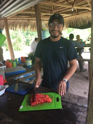 Carlos está orgulloso de cocinar para el equipo.