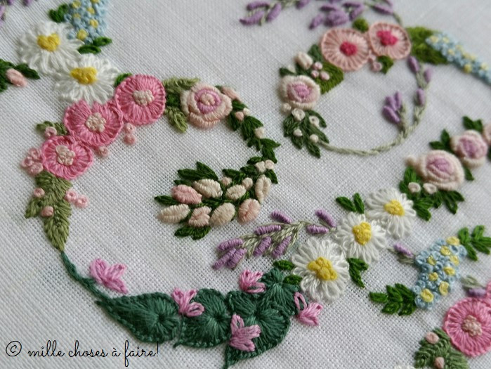 gros plan broderie fleur monogramme