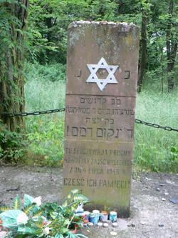 the pillar on the pogrom victims graveמצבת קבר האחים לקורבנות הפוגרום.jpg