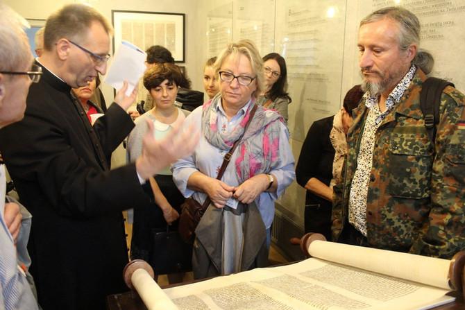 מיצג שרידים של ספר תורה מבית הכנסת הגדול בקילצה