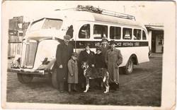 יעקב וחיים גולדשייד עם שותפם הפולניGrandfather & Kosntanciak & bus.jpg