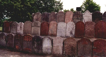 old pillars at theJewish cemetry מצבות עתיקות שחולו ביבית הקברות בקילצה.jpg