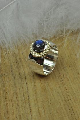 Zilveren ring met labradoriet en geelgouden parelrand uit eigen atelier