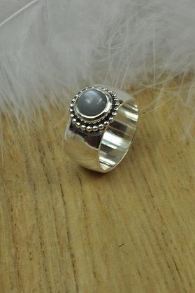 Zilveren ring met grijze maansteen en zilveren parelrand uit eigen atelier