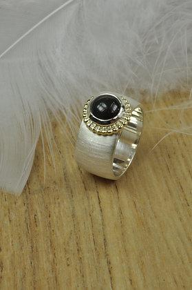 Zilveren ring met obsidiaan en geelgouden parelrand uit eigen atelier